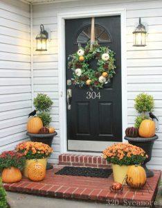 リースとかぼちゃでハロウィン玄関装飾