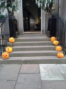 玄関のハロウィン飾り