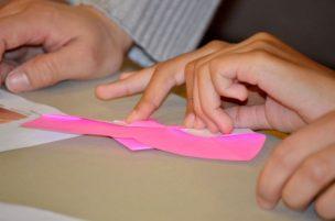 折り紙をする人
