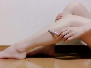女性が足を電気シェーバーでケア