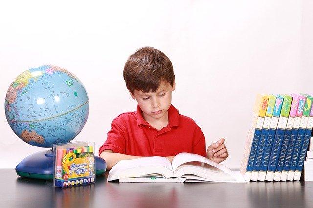 自習する子供